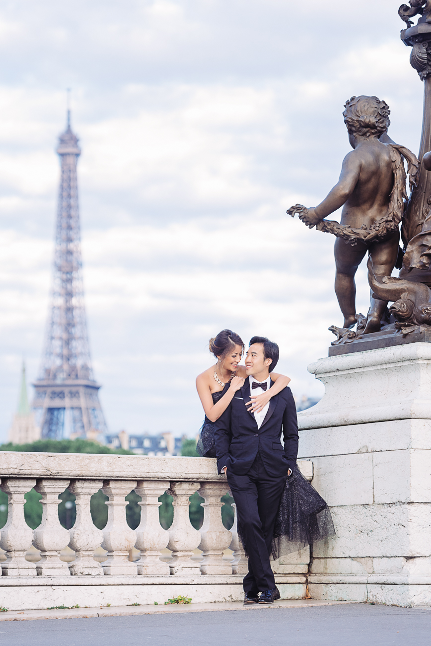 candid engagement picture in Paris