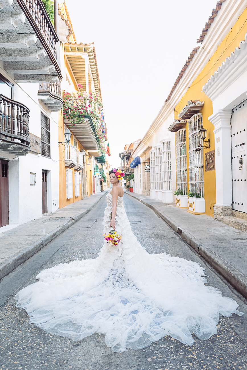 bride–in-the-middle-of-cartagena-road-21