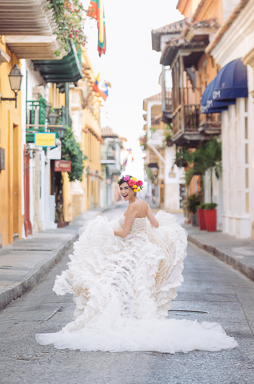 bride-running-in-cartagena-streets-20