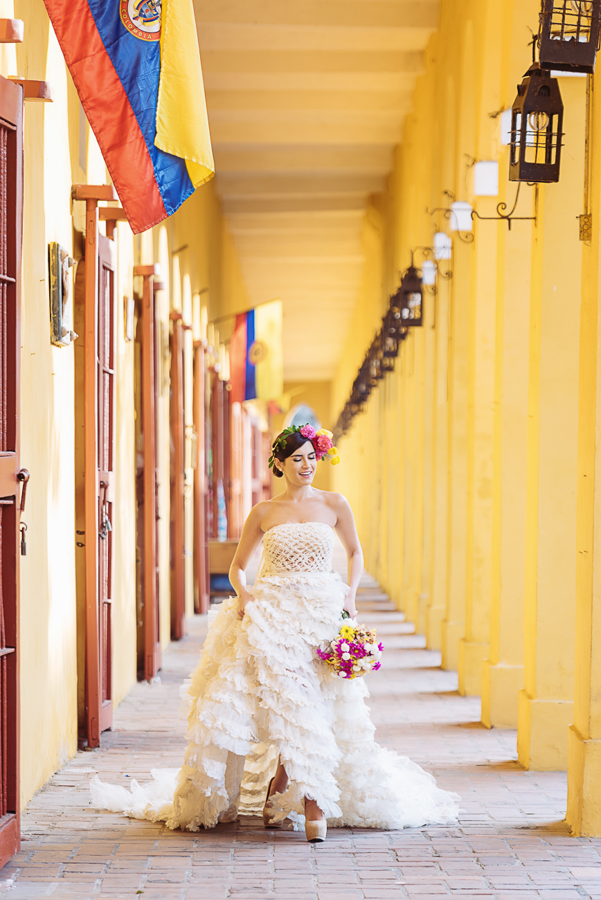 bride-walking-in-cartagenas-galeries-25