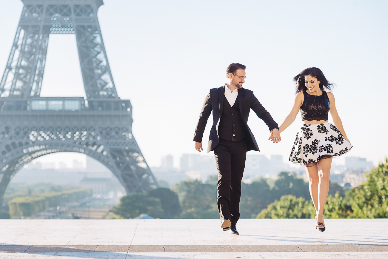 gloria-villa-couple-running-eiffel