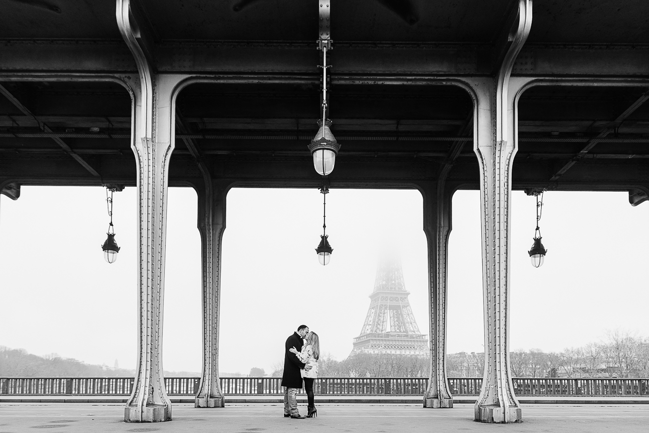 gloria-villa-engagement-kiss-paris