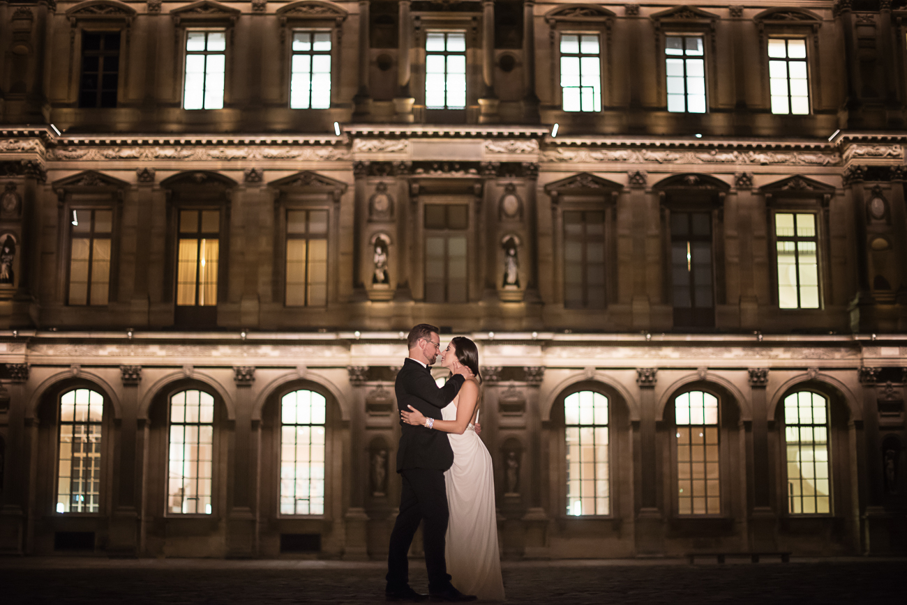 gloria-villa-kissing-louvre-paris