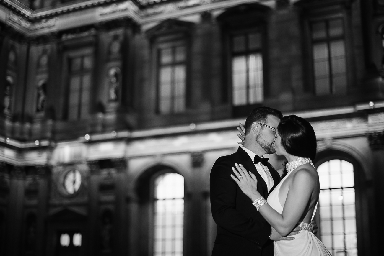 gloria-villa-louvre-engagement-paris-kiss