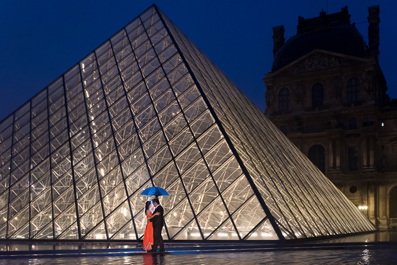 gloria-villa-louvre-pyramid-with-umbrella