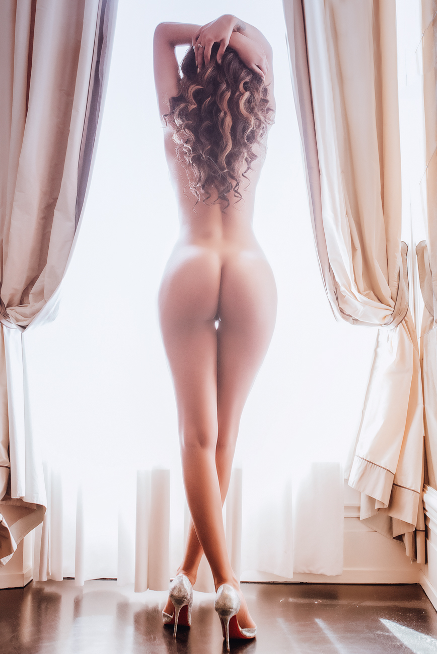 gloria-villa-paris-boudoir-from-back