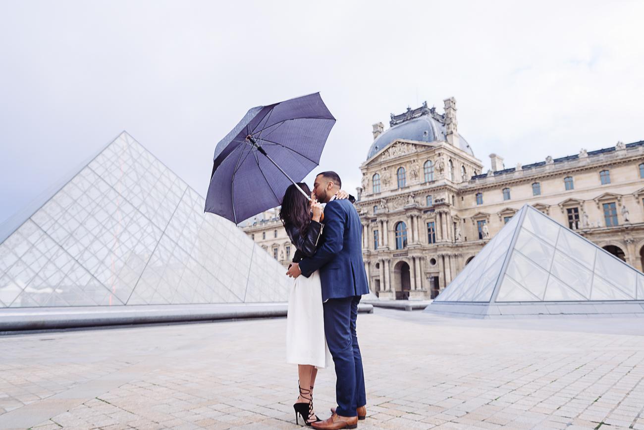 gloria-villa-paris-proposal-kiss-louvre