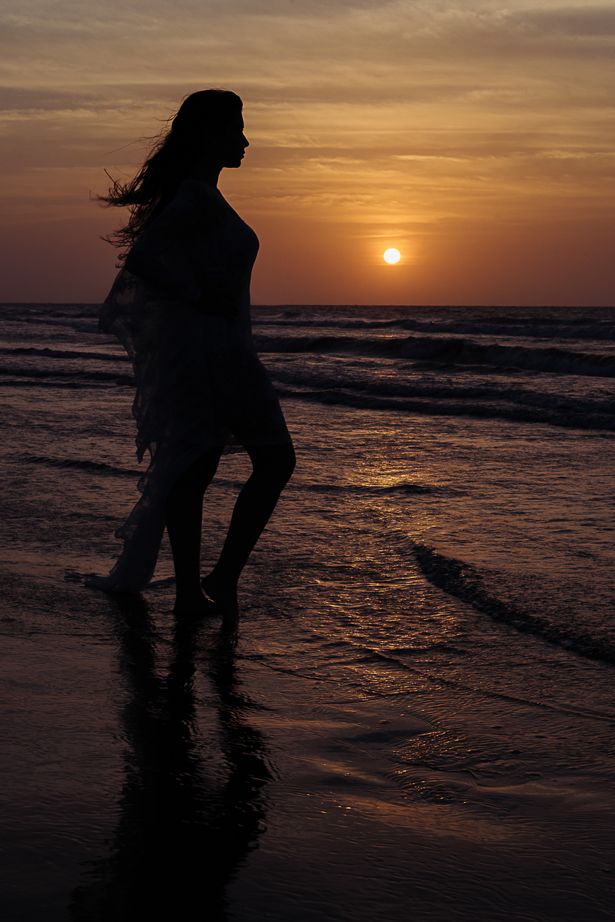 silhouettes-of-bride-in-carganena-beach-80