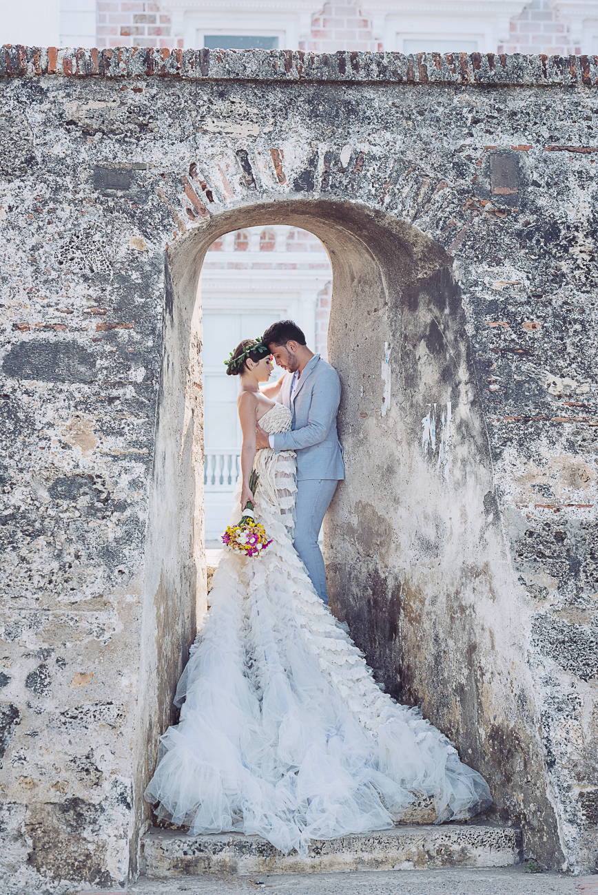 wedding-couple-in-wall-door-in-cartagena-54