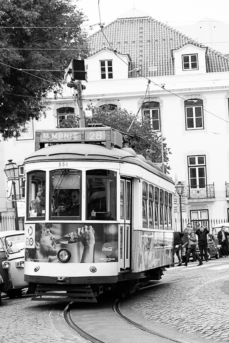 gloria-villa-engagement-photos-lisbon-tram