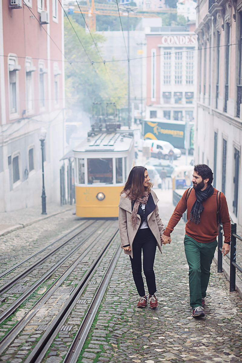 gloria-villa-engagement-shoot-lisbon-tram