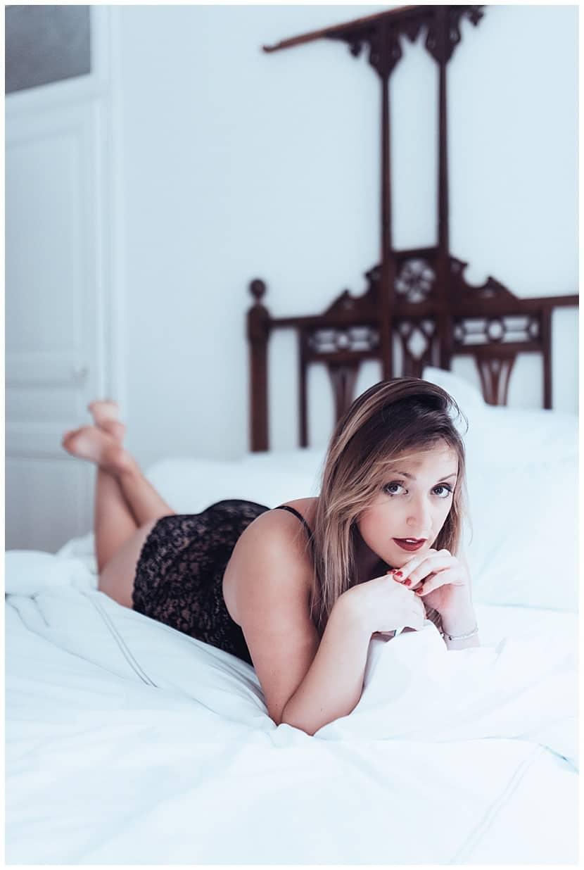 boudoir photography in Paris by gloria villa vintage bed
