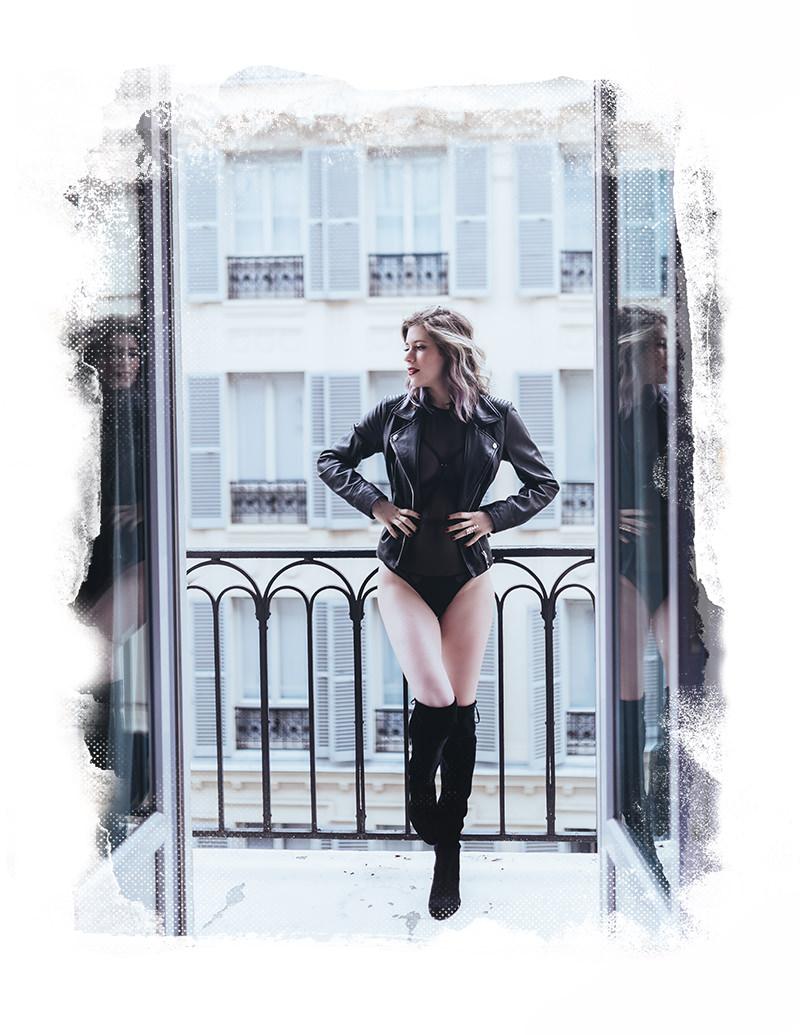 sesión de fotos de boudoir en balcón paris gloria villa