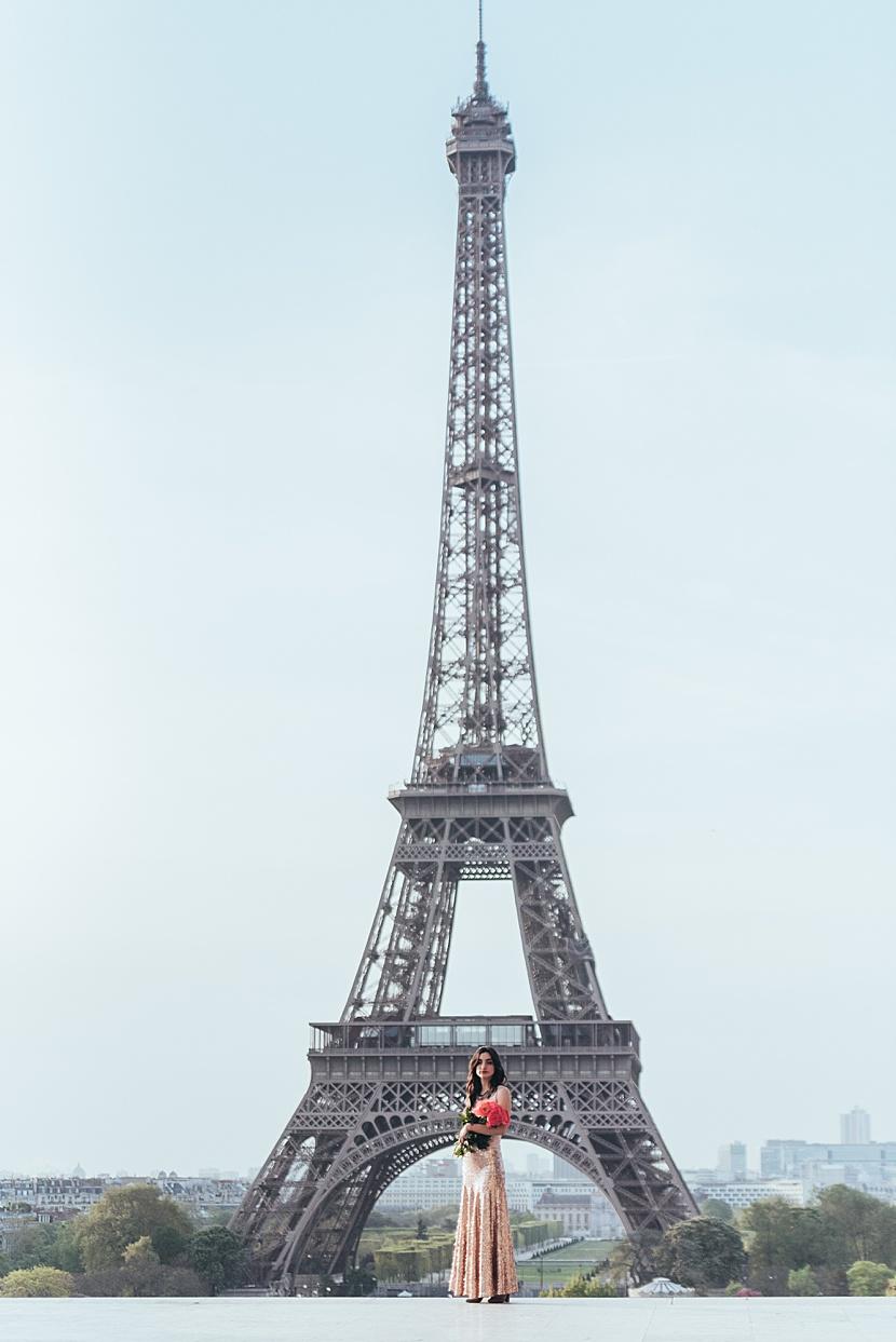 foto de mujer en la torre Eiffel en paris con Gloria Villa
