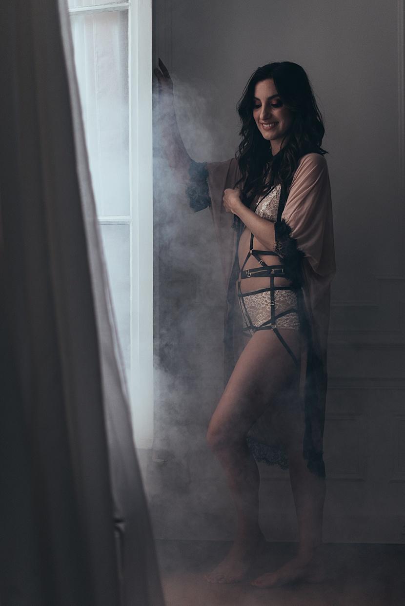 Fotografía de boudoir en París con Gloria Villa en ventana parisina
