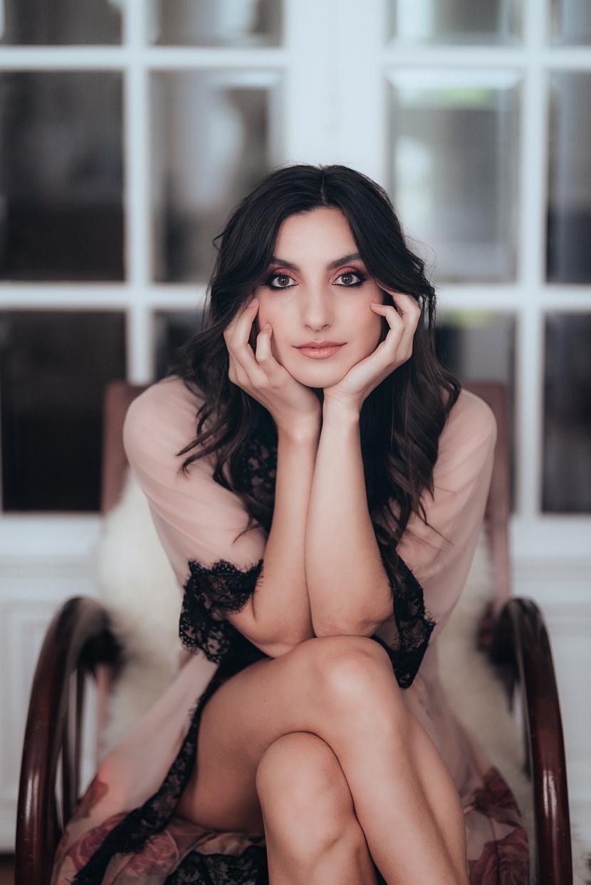 Fotografía de boudoir en París con Gloria Villa retrato con gran conexión
