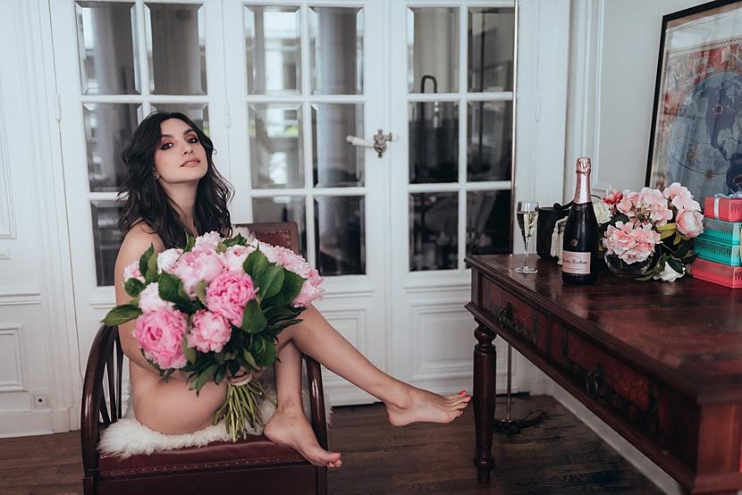Fotografía de boudoir en París con Gloria Villa con peonias