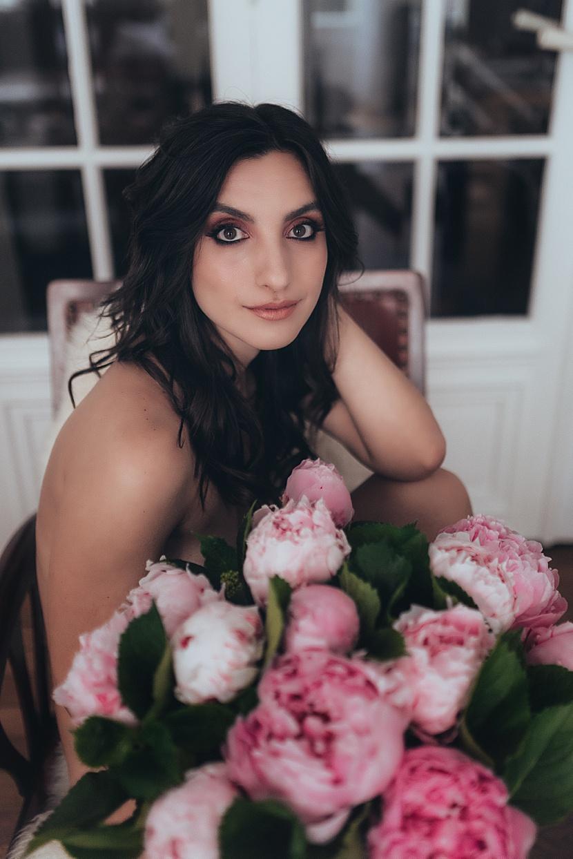 Fotografía de boudoir en París con Gloria Villa con flores en primavera