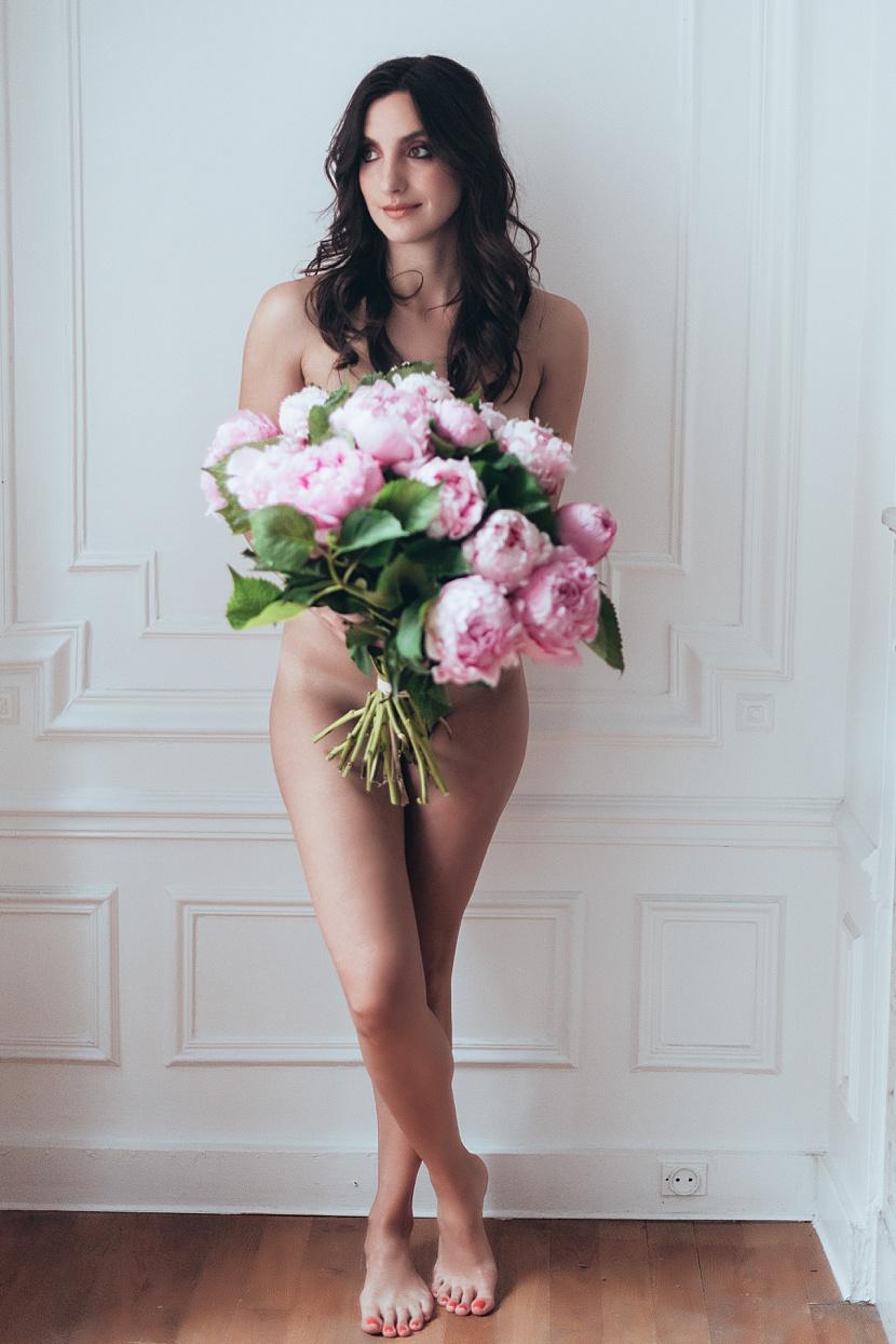 Fotografía de boudoir en París con Gloria Villa elegante y sugestiva