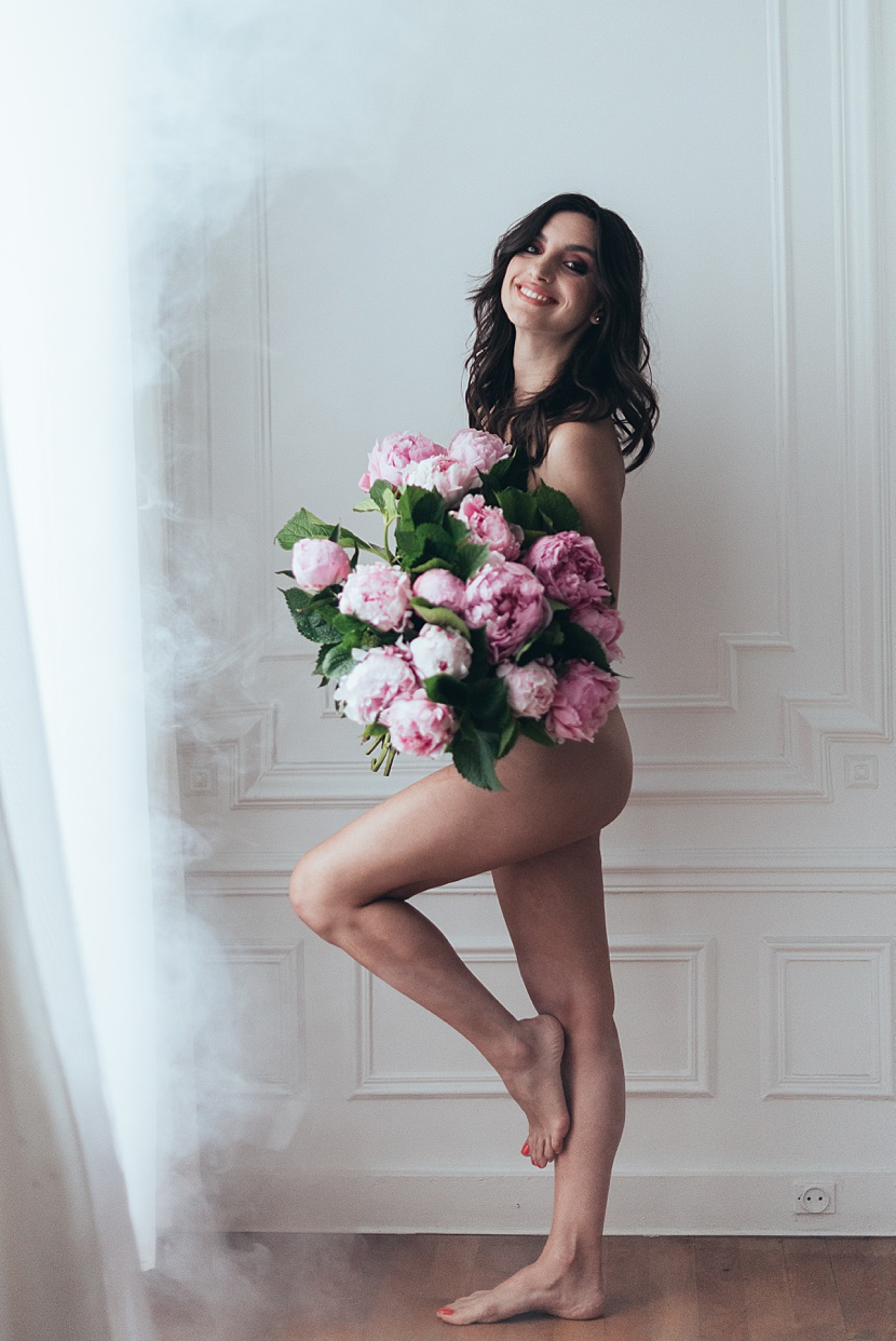 Fotografía de boudoir en París con Gloria Villa desnudo elegante